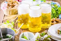 Menu dell'alimento di Oktoberfest, salsiccie bavaresi con le ciambelline salate, purè di patate, crauti, birra immagini stock