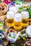 Menu dell'alimento di Oktoberfest, salsiccie bavaresi con le ciambelline salate, purè di patate, crauti, birra immagine stock libera da diritti