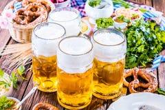Menu dell'alimento di Oktoberfest, salsiccie bavaresi con le ciambelline salate, purè di patate, crauti, birra fotografia stock