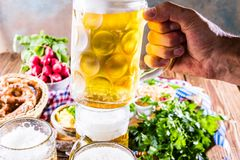 Menu dell'alimento di Oktoberfest, salsiccie bavaresi con le ciambelline salate, purè di patate, crauti, birra fotografia stock libera da diritti