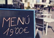 Menu della lavagna in un terrazzo da qualche parte in Spagna Fotografia Stock