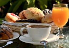 Menu della prima colazione ad un indicatore luminoso caldo di mattina. Immagini Stock