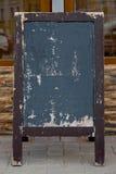 Menu deska na ulicznej pobliskiej kawiarni lub restauracja bez teksta na nim Fotografia Stock