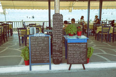 Menu deska przed plażową restauracją 3 Obrazy Royalty Free