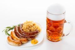 Menu di Oktoberfest, tazza di birra, un piatto delle salsiccie e crauti Immagine Stock
