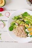 Menu dietetico della prima colazione sana Porridge della farina d'avena ed insalata ed uova dell'avocado immagine stock