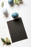 Menu do ajuste de lugar da Páscoa com ovo quebrado, azul tingido Fotografia de Stock