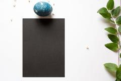 Menu do ajuste de lugar da Páscoa com ovo quebrado, azul tingido Fotografia de Stock Royalty Free