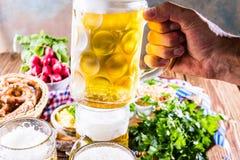 Menu do alimento de Oktoberfest, salsichas bávaras com pretzeis, batata triturada, chucrute, cerveja foto de stock royalty free
