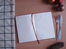 Menu do ` s do ano novo O bloco de notas, toalha, Natal brinca na tabela Imagem de Stock