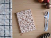 Menu do ` s do ano novo O bloco de notas, toalha, Natal brinca na tabela Fotografia de Stock