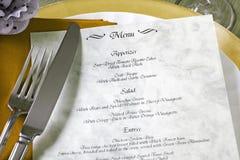 Menu e coltelleria sulla tabella del ristorante Fotografia Stock Libera da Diritti