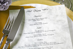 Menu e cutelaria na tabela do restaurante Fotografia de Stock Royalty Free