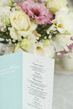 Menu karta z pięknymi kwiatami na stole w dniu ślubu Obrazy Royalty Free
