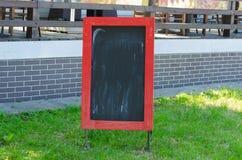 Menu pustego miejsca deska z uliczną kawiarnią lub restauracja w tle Fotografia Royalty Free
