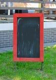 Menu pustego miejsca deska z uliczną kawiarnią lub restauracja w tle Obraz Stock