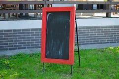 Menu pustego miejsca deska z uliczną kawiarnią lub restauracja w tle Obraz Royalty Free