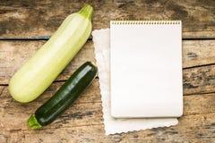 Menu tło Warzywa na stole z kucharz książką Gotować z przepis książką Obrazy Stock