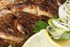 Menu tradicional do Natal Peixes Roasted da carpa com vegetais inteiramente imagem de stock royalty free