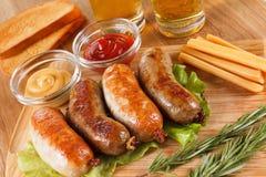Menu tradizionale della birra di Oktoberfest Salsiccie fritte con pane tostato e senape fotografia stock libera da diritti