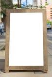 Menu urbano del ristorante del caffè del tabellone per le affissioni della città all'aperto in bianco del marciapiede fotografia stock libera da diritti