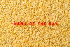 ` Menu van de dag ` met alfabetdeegwaren die wordt gespeld stock fotografie