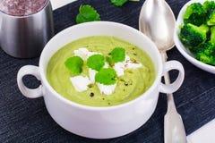 Menu vegetariano Crema della minestra dai broccoli immagini stock libere da diritti
