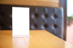 Menukader die zich op houten lijst in de koffie van het Barrestaurant bevinden ruimte Royalty-vrije Stock Foto's
