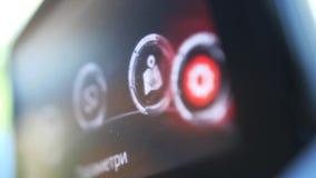 Menuopdrachten op autocomputer die aan boord worden getoond stock videobeelden