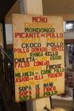 Meny av en eatery på marknaden i Sucre, Boliv arkivfoton