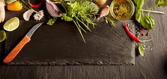 Meny- eller receptbegreppsorientering av gräsplaner och kryddor royaltyfri bild
