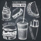 Meny för gatamatfestival Tappning skissar samlingen Snabbmat ställde in på den svart tavlan Vektorglass, hamburgare, milkshake, f stock illustrationer