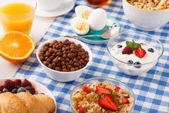 Meny för kontinental frukost på den rutiga torkduken Arkivfoto