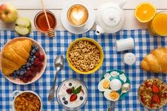 Meny för kontinental frukost på den rutiga torkduken Royaltyfri Foto