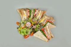 Meny för smörgås och för sallad för frukostmat över trätabellen som tillbaka Royaltyfria Foton