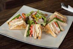 Meny för smörgås och för sallad för frukostmat över trätabellen som tillbaka Royaltyfri Fotografi