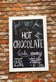 Meny med pris för varm choklad på väggen Royaltyfri Bild