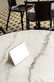 Menyram på tabellen i restaurang Arkivfoton