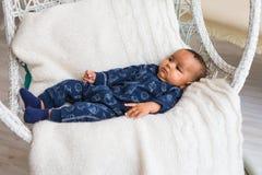 Menzogne afroamericana del neonato Fotografia Stock