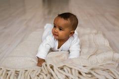 Menzogne afroamericana del neonato Immagine Stock