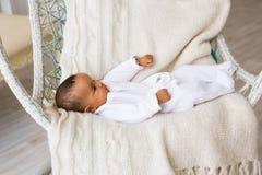 Menzogne afroamericana del neonato Immagini Stock