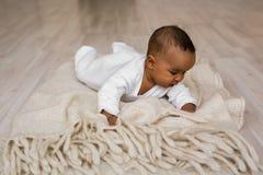 Menzogne afroamericana del neonato Immagini Stock Libere da Diritti