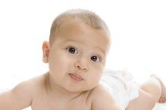 Menzogne appena nata sveglia del neonato fotografie stock libere da diritti