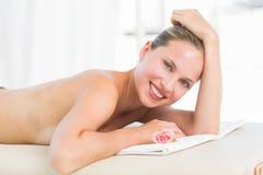 Menzogne bionda pacifica sull'asciugamano che sorride alla macchina fotografica Fotografia Stock Libera da Diritti