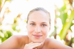 Menzogne bionda pacifica sulla tavola di massaggio Fotografie Stock