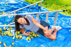 Menzogne caduta della giovane donna danneggiata sulla scala vicina a terra Fotografie Stock Libere da Diritti