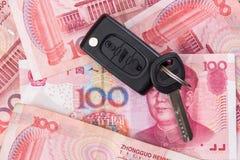 Menzogne chiave dell'automobile su 100 fatture di yuan Fotografia Stock Libera da Diritti