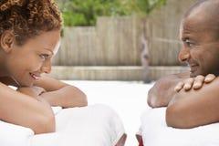 Menzogne delle coppie faccia a faccia sulle Tabelle di massaggio Fotografie Stock
