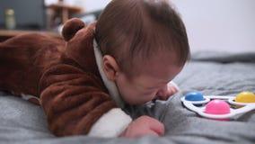 Menzogne di tre mesi del neonato sveglio sul suo stomaco video d archivio