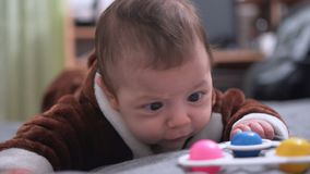 Menzogne di tre mesi del neonato sveglio sul suo stomaco stock footage